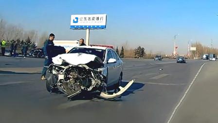 交通事故合集:不观察路况随意变道加塞,下一秒后悔莫及