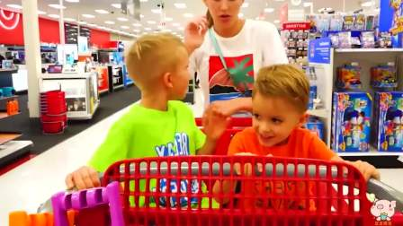 美国时尚儿童,小正太和妈妈去超市玩,真可爱