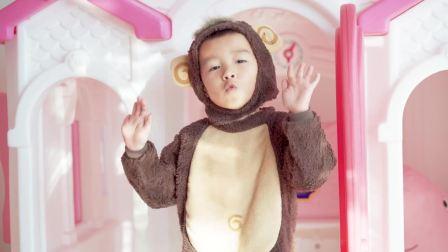 美国儿童时尚,小帅哥的游乐场有佩奇玩偶,非常开心