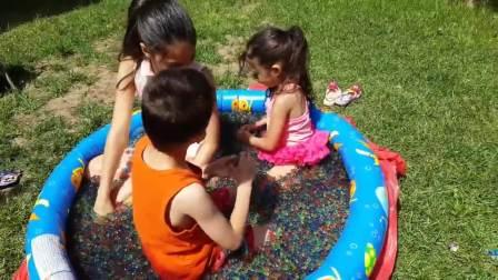 美国时尚儿童,小萝莉姐弟找到了超多可爱的玩具,有趣极了