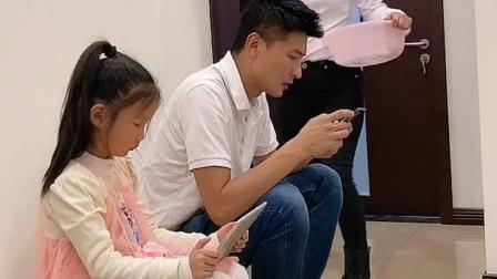 让你带个孩子就给她玩手机