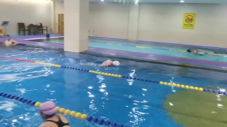 中游体育:徐教练慢放至百分之二十蝶泳配合