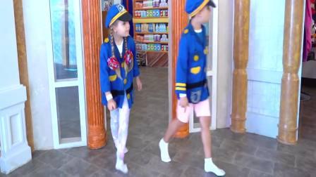 美国时尚儿童,小萝莉角色扮演模仿警察,好玩极了