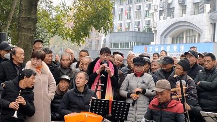 浦江婺剧何美英杨翠仙在文化广场娱乐队演唱《柴文正救主》