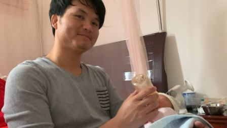 爸爸在喂璟弟喝奶粉,叫琛哥拍视频