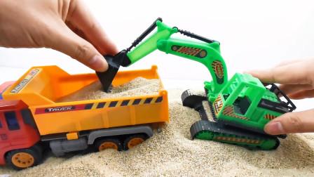 工程车玩具模拟施工,挖掘机和运输车装载沙土