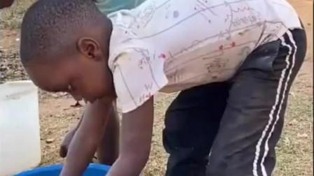 老外:非洲中国爸爸给小朋友做中国蒜蓉小龙虾,一帮小孩吃的津津有味!