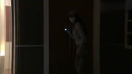 姑娘潜入办公室偷东西,结果被保安逮个正着,真是丢人!