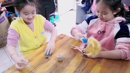 深漂一族:乐乐与表姐在家里玩着泥和芭比娃娃,搞笑又欢乐!