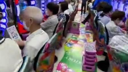 日本的退休老人,不用给儿女看孩子,把时间都花费在了游戏厅!