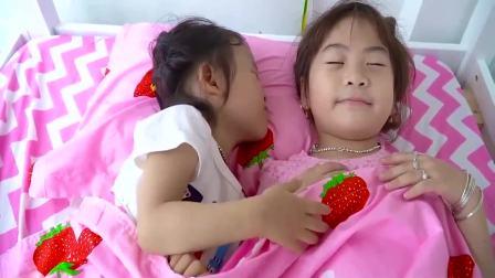 国外儿童时尚,懂事的小萝莉帮宝妈照顾妹妹,太讨人喜欢了