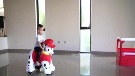 美国儿童时尚, 小帅哥在家骑玩具车,太有意思了