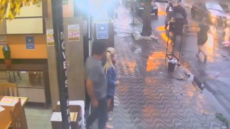 男子街头抢走女孩手机 被女孩母亲暴打夺回