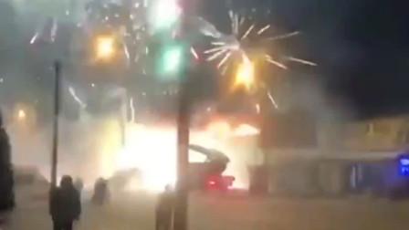 市场内烟花展馆发生火灾 数千枚烟花照亮夜空