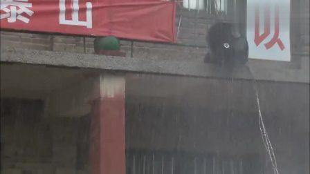 男孩下雨掉进河里,村支书拼死相救,男孩母亲当天就去报答他!