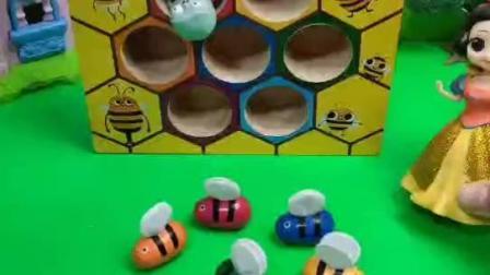 白雪公主送小蜜蜂回家喽!