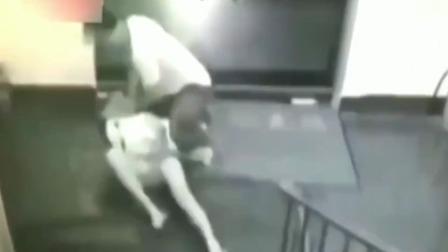 美女深夜等电梯,男子突然将其按倒,监控记录绝望15秒