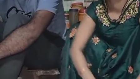 印度的一对小夫妻,老婆在和面做饭,老公就这样在旁边看着!