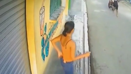 吊带妹子在门前打扫卫生,男子直接朝她冲过来