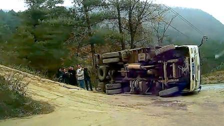 交通事故合集:女司机玩手机不拉手刹,溜车追尾让人哭笑不得