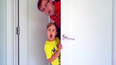 国外儿童时尚,宝爸和小男孩躲在门口干什么呢,快来看看吧