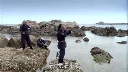 日军在水下用潜望镜侦查,不料被中国小伙拿石块无意砸坏,太逗了