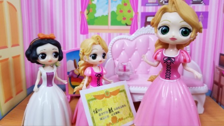 白雪公主故事 长发第一次获得奖状,白雪和妈妈都为她开心