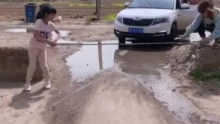 村头监控拍下的一幕,闺女马上开学了,以后这车还能开吗?
