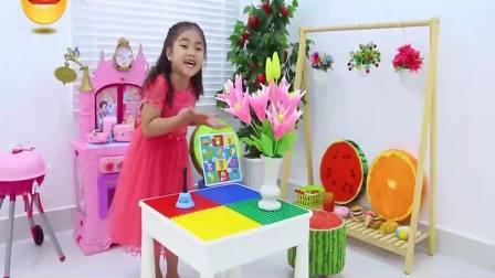 国外儿童时尚,小女孩假装玩厨房玩具,真高兴