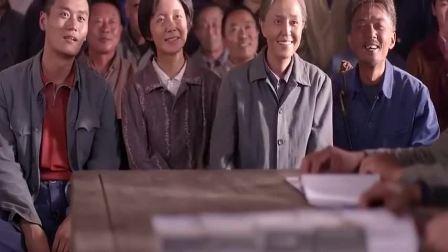 老农民:面粉厂赚了钱,老头还想带乡亲们盖养猪场,乡亲冒雨送钱