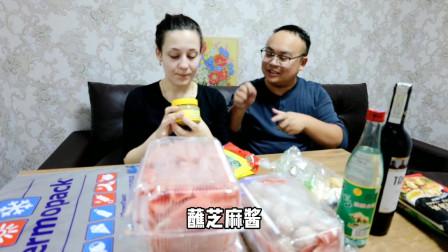 老外在中国:中国小伙准备火锅食材,带白俄罗斯媳妇回家,和老丈人一起吃火锅