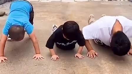 趣味童年:比赛做俯卧撑,谁会赢呢