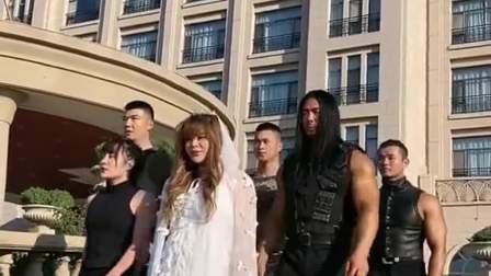 得知新郎出轨,结婚当天,新娘子带上肌肉男团上门讨回公道