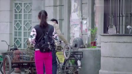 女孩坐自行车的方式实在太特别,大叔忍不住吐槽:你神经病啊