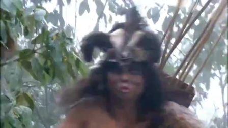 勇士救下被野人抢走的姑娘,一把抱回部落,没想到姑娘竟看上他了