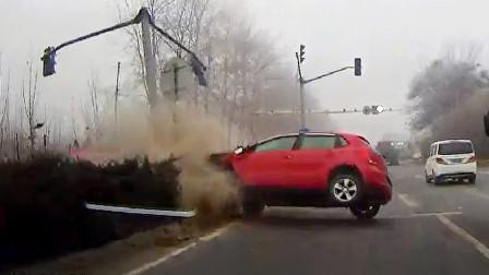 交通事故合集:小车无视盲区挑战大货车,结果不自量力