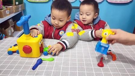 童趣当当:叮叮和当当玩空气动力气球车!