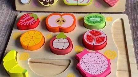 宝宝在玩耍增加对蔬菜水果的认知,锻炼孩子的手眼协调能力,思维创想能力