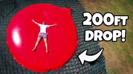 从200英尺吊车抛掷超大水气球,趣味大胆挑战!