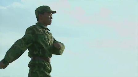 士兵突击04:许三多固守新兵连规矩,班长说错话被当真去修路!
