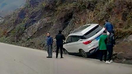 交通事故合集:下雪路滑超速过弯,结局让人伤不起