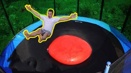 小伙在蹦床上放400L水气球,10米处跳下后,猜猜会发生什么