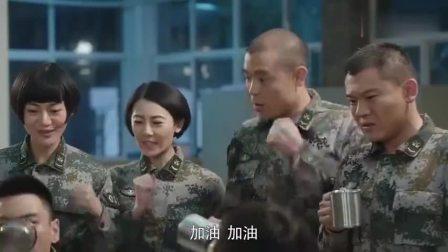 特种兵:男女兵聚会,007和警花较上劲,不能喝酒就PK喝可乐