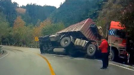 交通事故合集:停车开门不观察路况,遇见大货车就悲剧了