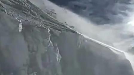 印军推土机在拉达克悬崖公路除雪,道路仅几米宽:稍不注意就坠崖