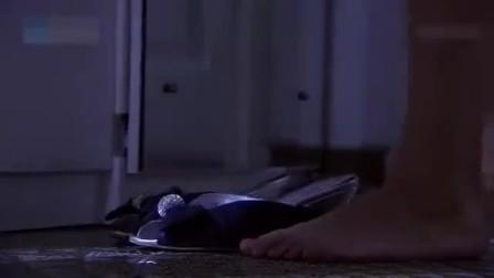 美女深夜回家,发现杀人犯在自己家中,用妙计叫来警察,真机智