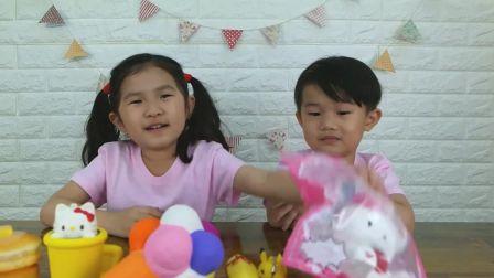 美国儿童时尚,小宝贝有好多毛绒玩具,太有趣了