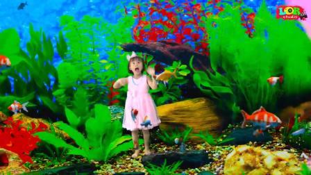 美国时尚儿童,小女孩去森林玩,好有意思呀