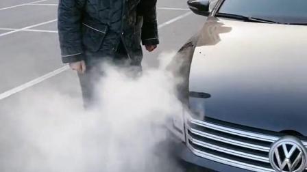 好兄弟的车突然就冒烟了,接下来他的操作,真是智商问题!