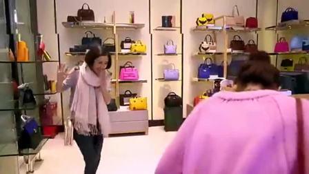 女子去商场买包被女孩瞧不起,谁知她是个富太太,一张嘴就要4个